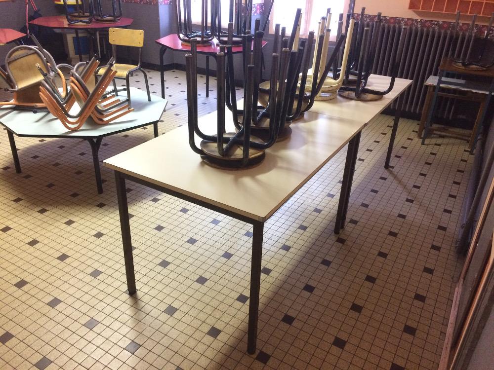 image table et chaise dans une école